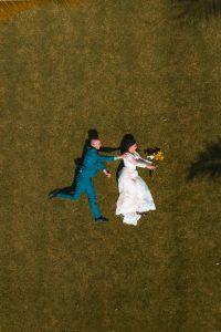 Couple de marié en prise de vue par un drone.